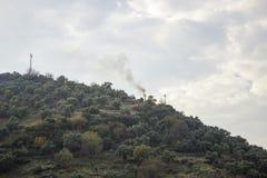 Fumo sparso su sopra la montagna immagini stock