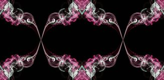 Fumo torto astratto verde e bianco di rosa, isolato su fondo nero, formato nei cerchi Fotografia Stock