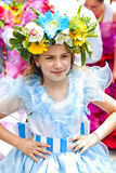 FUNCHAL MADEIRA - APRIL 20, 2015: Aktörer med det färgrika och utarbetade dräktdeltagandet i ståta av blommafestivalen arkivfoto