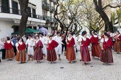 Funchal madeira - April 20, 2015: Aktörer med det färgrika och utarbetade dräktdeltagandet i ståta av blommafestivalen på Royaltyfri Fotografi