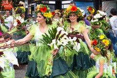 Funchal madeira - April 20, 2015: Aktörer med färgrika dräkter deltar i ståta av blommafestivalen på Madeien Royaltyfri Bild