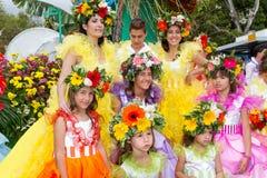 Funchal, Madeira - 20. April 2015: Ausführende mit bunten Kostümen nehmen an der Parade des Blumen-Festivals auf dem Madei teil Lizenzfreie Stockbilder
