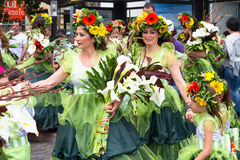Funchal, Madeira - 20. April 2015: Ausführende mit bunten Kostümen nehmen an der Parade des Blumen-Festivals auf dem Madei teil Lizenzfreies Stockbild