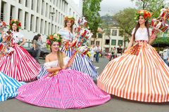 Funchal, Madeira - 20. April 2015: Ausführende mit den bunten und durchdachten Kostümen an teilnehmend an der Parade des Blumen-F Lizenzfreie Stockfotografie