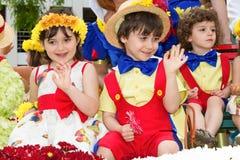 Funchal madeira - April 20, 2015: Barn i blom- dräkter på blommafestivalen Royaltyfri Foto