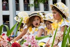 Funchal madeira - April 20, 2015: Barn i blom- dräkter på blommafestivalen ståtar, Madeeira, Portugal Royaltyfria Bilder