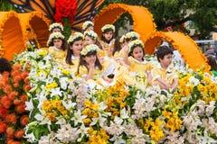 Funchal madeira - April 20, 2015: Barn i en blom- flöte på madeirablommafestivalen Arkivfoton