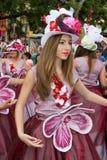Funchal madeira - April 20, 2015: Dansare utför under av blomman ståtar på madeiraön Royaltyfri Bild