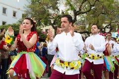 Funchal madeira - April 20, 2015: Dansare utför under av blomman ståtar på madeiraön Royaltyfria Foton