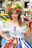 Funchal madeira - April 20, 2015: En härlig kvinna ler, som henne som hon förbereder sig att delta i madeirablommafestivalen Arkivfoto