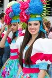 Funchal madeira - April 20, 2015: Härliga unga kvinnor med blommahuvudbonaden på madeiran blommar festival, P Royaltyfri Bild