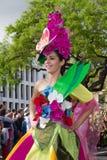 Funchal madeira - April 20, 2015: Ung kvinna med blommahuvudbonaden på madeirablommafestivalen, Funchal, madeira, Portugal Arkivfoton