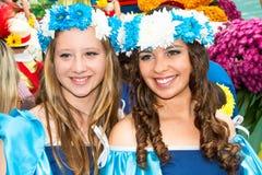 Funchal madeira - April 20, 2015: Ung kvinna två med den blom- kransen i hennes hår på madeirablommafestivalen, Funchal, Arkivbilder