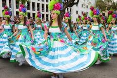 Funchal madeira - April 20, 2015: Unga flickor som dansar i madeirablommafestivalen Arkivfoton