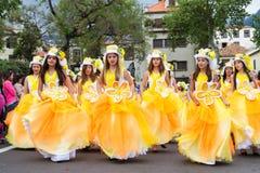 Funchal madeira - April 20, 2015: Unga flickor som dansar i madeirablommafestivalen Royaltyfri Fotografi