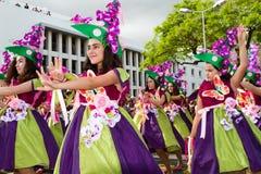 Funchal madeira - April 20, 2015: Unga flickor som dansar i madeiran, blommar festivalen, Funchal, Portugal Royaltyfria Bilder