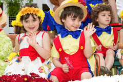 Funchal, Madeira - 20 de abril de 2015: Crianças em trajes florais no festival da flor Foto de Stock Royalty Free