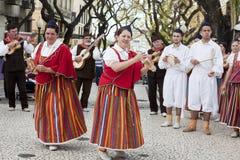 Funchal, Madeira - 20 de abril de 2015: Ejecutantes con los trajes coloridos y elaborados que participan en el desfile del festiv imágenes de archivo libres de regalías