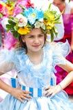 FUNCHAL, MADEIRA - 20 DE ABRIL DE 2015: Executores com os trajes coloridos e elaborados que participam na parada do festival da f foto de stock
