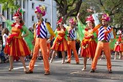 Funchal, Madeira - 20 de abril de 2015: Los bailarines se realizan durante de desfile de la flor en la isla de Madeira, Portugal Foto de archivo libre de regalías