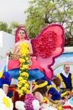 Funchal, Madeira - 20 de abril de 2015: Participantes em um flutuador floral na parada da flor de Madeira, Portugal Imagem de Stock Royalty Free