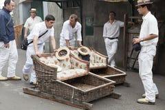 FUNCHAL MADEIRA - MAJ 20: Traditionell sluttande pulkatur på Maj 20, 2015 i madeira, Portugal Pulkor användes som lokaltrans. arkivbild
