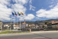 FUNCHAL, MADEIRA - 12. NOVEMBER: Eine Sammlung Flaggen auf dem Spaß Stockfotos