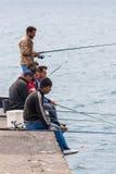 FUNCHAL MADEIRA/PORTUGAL - APRIL 13: Män som fiskar av kajerna Royaltyfri Bild