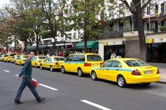 FUNCHAL, MADEIRA/PORTUGAL - 13 DE ABRIL: La fila de taxi en Funchal hizo Fotos de archivo