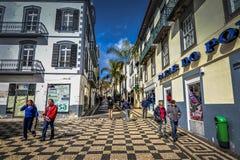 FUNCHAL, MADEIRA/PORTUGAL - EM FEVEREIRO DE 2017: RUA PEDESTRE ACOLHEDOR Imagens de Stock