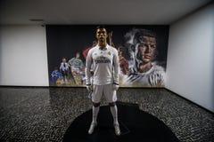 FUNCHAL, MADEIRA, PORTUGAL - julio de 2018: La estatua de Christiano Ronaldo delante de CR7 - el museo de Cristiano Ronaldo, Func fotografía de archivo libre de regalías