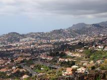 funchal, Madeira, Portugal - 17 maszerują 2019: pejzażu miejskiego widok droga domy w Funchal Madeira z tłem i ulicy obraz royalty free