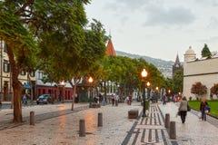 FUNCHAL MADEIRA/PORTUGAL- NOVEMBER 2: Gator av det historiska centret med shoppar och att gå för folk som visas på 2 November 201 Arkivfoto