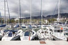 FUNCHAL, MADERA - APRIL 22, 2015: Jachten in de zeehaven van Funchal, het eiland van Madera, Portugal worden vastgelegd dat royalty-vrije stock afbeeldingen