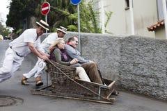 FUNCHAL, MADERA - MEI 20: Traditionele bergaf sleereis op 20 Mei, 2015 in Madera, Portugal De sleeën werden gebruikt lokaal trans stock fotografie