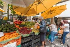 FUNCHAL, MADERA, PORTOGALLO - 29 GIUGNO 2015: Agitandosi il mercato della verdura e della frutta a Funchal Madera il 29 giugno 20 immagini stock