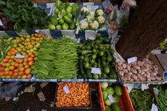 FUNCHAL, MADERA, PORTOGALLO - 29 GIUGNO 2015: Agitarsi frutta e la v immagini stock