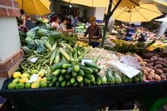 FUNCHAL, MADERA, PORTOGALLO - 29 GIUGNO 2015: Agitarsi frutta e la v fotografie stock