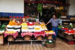 FUNCHAL, madera PORTUGALIA, CZERWIEC, - 29, 2015: Świeże egzotyczne owoc zdjęcia stock