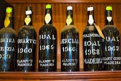 FUNCHAL madera, PORTUGALIA, LUTY,/- 2017: MADERY wina butelki zdjęcia stock