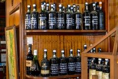 FUNCHAL madera, PORTUGALIA, LUTY,/- 2017: ROCZNIK madery wino BOTTLSE Fotografia Stock