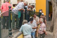FUNCHAL, PORTUGAL - JUNI 27, 2015: Actieve pensionering, oude mensen en oudstenvrije tijd, bejaarden die pret en speelkaarten g h royalty-vrije stock foto's