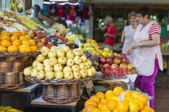 FUNCHAL, PORTUGAL - 25. JUNI: Frische exotische Früchte Stockfotografie