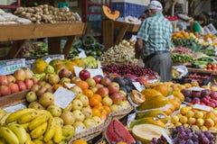 FUNCHAL, PORTUGAL - 25. JUNI: Frische exotische Früchte in Mercado DOS Stockfotos