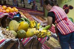FUNCHAL, PORTUGAL - 25. JUNI: Frische exotische Früchte in Mercado DOS Stockbild