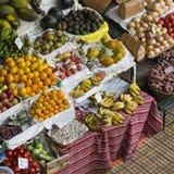 FUNCHAL, PORTUGAL - 25. JUNI: Frische exotische Früchte in Mercado DOS Lizenzfreies Stockbild