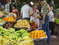 FUNCHAL, PORTUGAL - 25. JUNI: Frische exotische Früchte in Mercado DOS Stockfoto