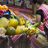 FUNCHAL, PORTUGAL - 25. JUNI: Frische exotische Früchte in Mercado DOS Lizenzfreie Stockfotos