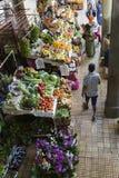 FUNCHAL, PORTUGAL - 25. JUNI: Frische exotische Früchte in Mercado DOS Stockfotografie