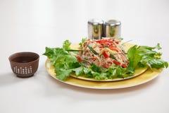 Funchoza салата с овощами на плите Стоковое Изображение RF